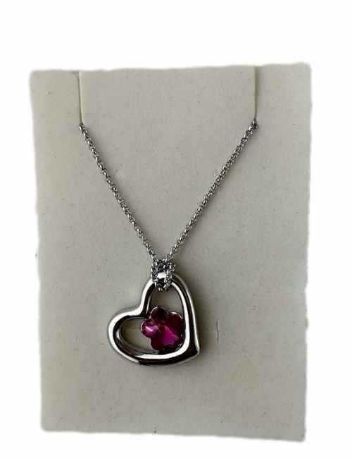 Colgante en forma de corazón plateado con un cristal pequeño de Swarovski color Rosa